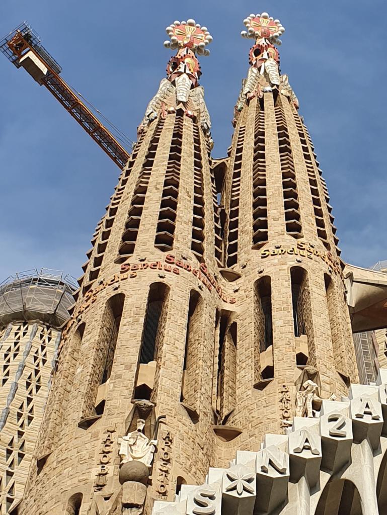 Fachada de la Pasión en la Basílica de la Sagrada Familia_Torres